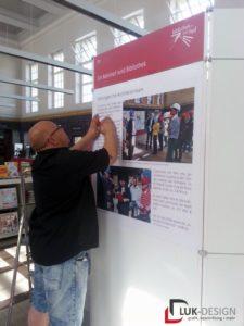 Infotafeln der Ausstellung in der Bibliothek wird angefertigt
