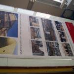 Infotafel der Ausstellung in der Bibliothek auf Folie gedruckt