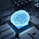 leuchtendes Gehirn auf einem Computerchip
