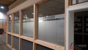 Fensterfolierung auf den Fenstern des Meetingraums der Pfleiderer GmbH