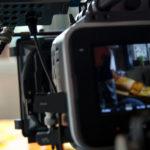 Blick auf ein Bett durch eine professionelle Filmkamera