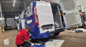 Firmenwagen mit Fahrzeugfolierung im Corporate Design