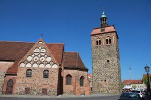 Der Marktturm Luckenwalde mit Kirche