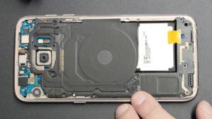 Samsung Galaxy S7 edge mit geöffneter Rückseite