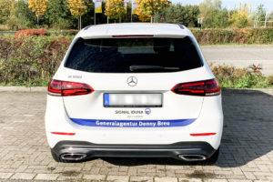 beschrifteter Mercedes in Weiß blau