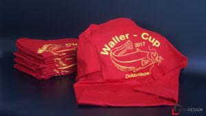 mehrere Waller-Cup Dobbrikow Shirts in rot mit gelber Aufschrift und Fisch