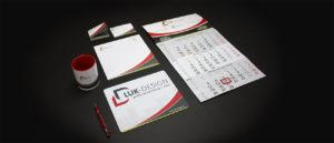 verschiedene Artikel mit einem gemeinsamen Corporate Design: Visitenkarten, Schreibblock, Kalender, Mousepad, Tasse, Kugelschreiber