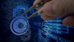 ein schloss und html-code im Matrix-Stil. jemand geht mit Werkzeug an das Schloss ran