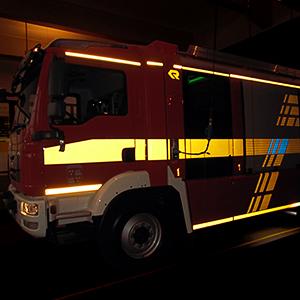 Feuerwehr, deren Folie im Dunkeln reflektiert