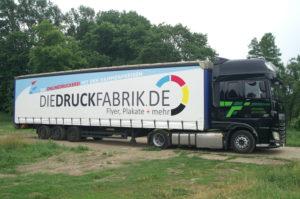 Beschriftung eines LKWs inklusive Anhängerplane