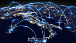 Blick auf ein nächtliches Europa aus dem All mit Netzwerkartigen Verbindungen von Städten miteinander