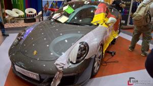 Ein grauer Porsche mit begonnener Vollfolierung
