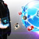 social media icons fliegen um globus mit person daneben, welche sich ein logo greift