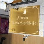 goldenes Eingangsschild Zinnaer Klosterdestillerie